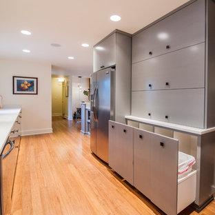 Свежая идея для дизайна: п-образная кухня среднего размера в стиле ретро с врезной раковиной, плоскими фасадами, серыми фасадами, столешницей из бетона, белым фартуком, фартуком из цементной плитки, техникой из нержавеющей стали и полом из бамбука - отличное фото интерьера