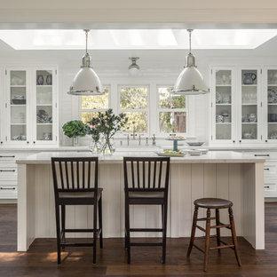 サンフランシスコの中サイズのカントリー風おしゃれなキッチン (ガラス扉のキャビネット、白いキャビネット、白いキッチンパネル、シルバーの調理設備の、濃色無垢フローリング) の写真