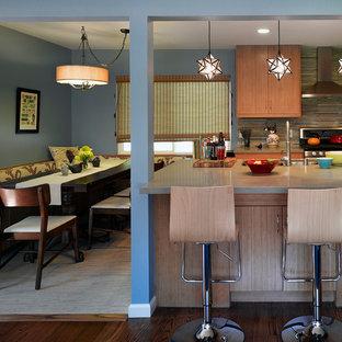 サンフランシスコの広いコンテンポラリースタイルのおしゃれなキッチン (フラットパネル扉のキャビネット、中間色木目調キャビネット、アンダーカウンターシンク、コンクリートカウンター、マルチカラーのキッチンパネル、ボーダータイルのキッチンパネル、シルバーの調理設備、磁器タイルの床) の写真