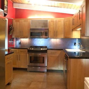 アトランタの小さいアジアンスタイルのおしゃれなキッチン (シングルシンク、シェーカースタイル扉のキャビネット、淡色木目調キャビネット、御影石カウンター、青いキッチンパネル、シルバーの調理設備の、トラバーチンの床、アイランドなし) の写真