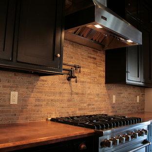 Offene, Mittelgroße Stilmix Küche in L-Form mit Kassettenfronten, schwarzen Schränken, Kupfer-Arbeitsplatte, Küchenrückwand in Beige, Rückwand aus Keramikfliesen, Küchengeräten aus Edelstahl, braunem Holzboden und Kücheninsel in Washington, D.C.
