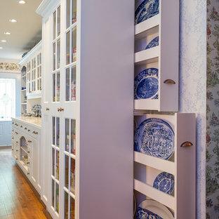 Idee per una grande cucina tradizionale con ante di vetro, ante bianche, top piastrellato, paraspruzzi bianco, paraspruzzi in gres porcellanato e elettrodomestici bianchi