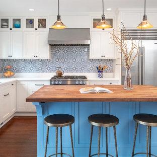 シアトルの広いトランジショナルスタイルのおしゃれなキッチン (アンダーカウンターシンク、シェーカースタイル扉のキャビネット、白いキャビネット、クオーツストーンカウンター、マルチカラーのキッチンパネル、セラミックタイルのキッチンパネル、シルバーの調理設備、竹フローリング、茶色い床、白いキッチンカウンター) の写真