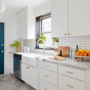 Idéer för avskilda, mellanstora vintage parallellkök, med en rustik diskho, vita skåp, vitt stänkskydd, rostfria vitvaror, släta luckor, marmorbänkskiva, stänkskydd i porslinskakel, travertin golv och grått golv