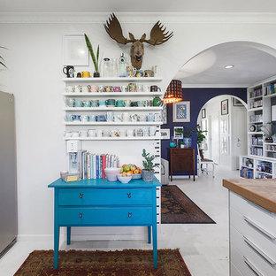 メルボルンの小さいエクレクティックスタイルのおしゃれなキッチン (エプロンフロントシンク、オープンシェルフ、白いキャビネット、ラミネートカウンター、白いキッチンパネル、セラミックタイルのキッチンパネル、シルバーの調理設備、淡色無垢フローリング、白い床、グレーのキッチンカウンター) の写真