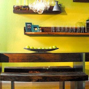 サクラメントの中くらいのインダストリアルスタイルのおしゃれなキッチン (エプロンフロントシンク、フラットパネル扉のキャビネット、ステンレスキャビネット、クオーツストーンカウンター、青いキッチンパネル、シルバーの調理設備、無垢フローリング) の写真