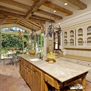 サンディエゴの地中海スタイルのおしゃれなキッチン (シングルシンク、ガラス扉のキャビネット、淡色木目調キャビネット) の写真