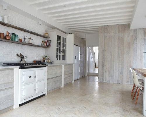 cuisine avec des portes de placard en bois clair et un sol en bois peint photos et id es d co. Black Bedroom Furniture Sets. Home Design Ideas