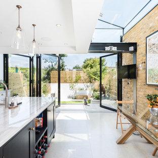 Foto di una cucina minimal di medie dimensioni con lavello stile country, top in granito e pavimento bianco