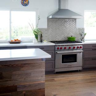 Idéer för stora vintage kök med öppen planlösning, med luckor med profilerade fronter, skåp i mörkt trä, bänkskiva i kvartsit, vitt stänkskydd, stänkskydd i glaskakel, rostfria vitvaror, mellanmörkt trägolv, en köksö och brunt golv