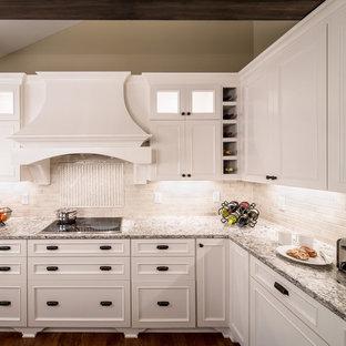 ミネアポリスのトランジショナルスタイルのおしゃれなキッチン (落し込みパネル扉のキャビネット、白いキャビネット、クオーツストーンカウンター、白いキッチンパネル、トラバーチンのキッチンパネル) の写真