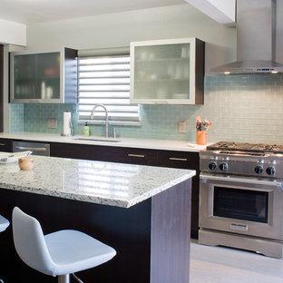 Inspiration för ett mellanstort funkis linjärt kök och matrum, med en undermonterad diskho, släta luckor, skåp i mörkt trä, bänkskiva i återvunnet glas, blått stänkskydd, stänkskydd i glaskakel, rostfria vitvaror, ljust trägolv och en köksö