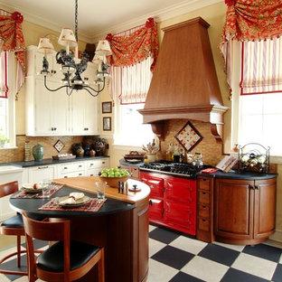 Idee per una cucina classica di medie dimensioni con ante a filo, ante in legno scuro, paraspruzzi marrone, elettrodomestici da incasso, lavello stile country, top in granito, paraspruzzi con piastrelle in ceramica, pavimento con piastrelle in ceramica e isola