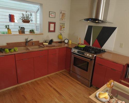 Cuisine avec une cr dence orange et des portes de placard for Taille moyenne cuisine