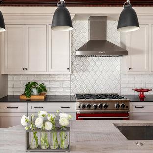 ボストンの広いトランジショナルスタイルのおしゃれなアイランドキッチン (黄色いキャビネット、セラミックタイルのキッチンパネル、無垢フローリング、茶色い床) の写真
