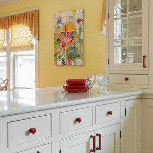 ボストンの大きいエクレクティックスタイルのおしゃれなキッチン (ドロップインシンク、ガラス扉のキャビネット、白いキャビネット、ソープストーンカウンター、黄色いキッチンパネル、石タイルのキッチンパネル、白い調理設備、淡色無垢フローリング) の写真