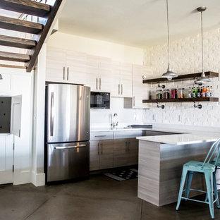 Inspiration för ett stort lantligt kök, med betonggolv, en undermonterad diskho, släta luckor, skåp i ljust trä, bänkskiva i kvartsit, vitt stänkskydd, stänkskydd i tegel, rostfria vitvaror och en halv köksö