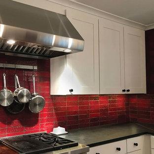 ニューヨークの大きいトラディショナルスタイルのおしゃれなキッチン (アンダーカウンターシンク、シェーカースタイル扉のキャビネット、白いキャビネット、ソープストーンカウンター、赤いキッチンパネル、セラミックタイルのキッチンパネル、シルバーの調理設備の、淡色無垢フローリング、茶色い床、緑のキッチンカウンター) の写真