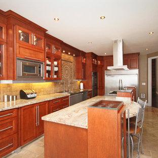 Inredning av ett klassiskt stort beige beige kök, med en dubbel diskho, luckor med glaspanel, röda skåp, granitbänkskiva, beige stänkskydd, stänkskydd i travertin, rostfria vitvaror, travertin golv, flera köksöar och flerfärgat golv