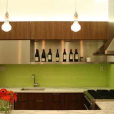 Modern Kitchen by redtoparchitects.com