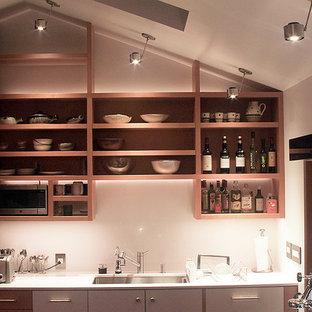 Idéer för att renovera ett litet 50 tals kök, med en undermonterad diskho, öppna hyllor, skåp i ljust trä, bänkskiva i kvarts, rostfria vitvaror och en köksö