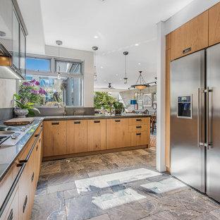 パースのアジアンスタイルのおしゃれなキッチン (フラットパネル扉のキャビネット、中間色木目調キャビネット、シルバーの調理設備の、アイランドなし、ベージュの床、グレーのキッチンカウンター) の写真