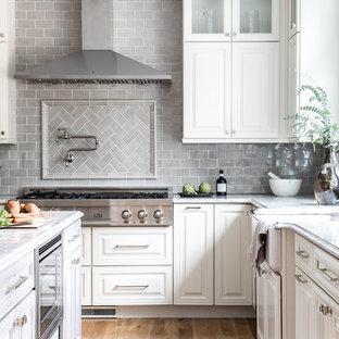 Foto de cocina en L, clásica renovada, abierta, con armarios con paneles con relieve, puertas de armario con efecto envejecido, una isla, fregadero sobremueble, encimera de cuarzo compacto y salpicadero de azulejos de cerámica