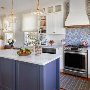 フィラデルフィアの広いカントリー風おしゃれなキッチン (エプロンフロントシンク、シェーカースタイル扉のキャビネット、白いキャビネット、珪岩カウンター、白いキッチンパネル、テラコッタタイルのキッチンパネル、シルバーの調理設備、無垢フローリング、茶色い床、白いキッチンカウンター) の写真
