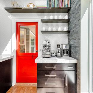 Idéer för vintage kök, med öppna hyllor, skåp i mörkt trä, vitt stänkskydd, mellanmörkt trägolv och bänkskiva i kvartsit