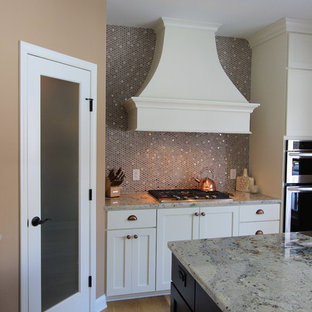 ミネアポリスの中サイズのエクレクティックスタイルのおしゃれなキッチン (エプロンフロントシンク、シェーカースタイル扉のキャビネット、白いキャビネット、御影石カウンター、ベージュキッチンパネル、メタルタイルのキッチンパネル、パネルと同色の調理設備、淡色無垢フローリング、ベージュの床、グレーのキッチンカウンター) の写真