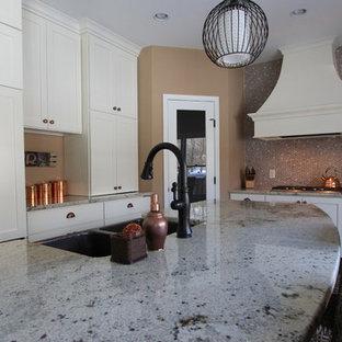 ミネアポリスの中くらいのエクレクティックスタイルのおしゃれなキッチン (エプロンフロントシンク、シェーカースタイル扉のキャビネット、白いキャビネット、御影石カウンター、ベージュキッチンパネル、メタルタイルのキッチンパネル、パネルと同色の調理設備、淡色無垢フローリング、ベージュの床、グレーのキッチンカウンター) の写真