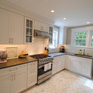 Idéer för ett modernt kök och matrum, med skåp i shakerstil, vita skåp, bänkskiva i kvarts, rostfria vitvaror och marmorgolv