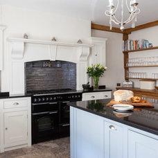 Traditional Kitchen by Lumina Kitchens
