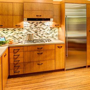 Kleine Moderne Wohnküche in L-Form mit Unterbauwaschbecken, flächenbündigen Schrankfronten, hellbraunen Holzschränken, Quarzit-Arbeitsplatte, bunter Rückwand, Glasrückwand, Küchengeräten aus Edelstahl, Korkboden und Halbinsel in San Francisco