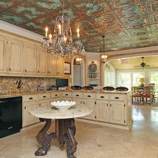 Foto på ett mellanstort medelhavsstil brun kök, med en undermonterad diskho, luckor med upphöjd panel, skåp i slitet trä, granitbänkskiva, flerfärgad stänkskydd, stänkskydd i sten, travertin golv, en halv köksö och beiget golv