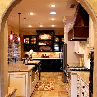 Idee per una grande cucina mediterranea con lavello stile country, ante a filo, ante con finitura invecchiata, top in cemento, paraspruzzi beige, paraspruzzi in travertino, elettrodomestici in acciaio inossidabile, pavimento in travertino, isola e pavimento beige
