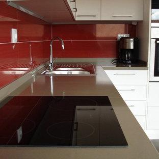 Geschlossene, Zweizeilige, Mittelgroße Moderne Küche ohne Insel mit Doppelwaschbecken, flächenbündigen Schrankfronten, weißen Schränken, Quarzwerkstein-Arbeitsplatte, Küchenrückwand in Rot, Rückwand aus Mosaikfliesen und Küchengeräten aus Edelstahl in Sonstige