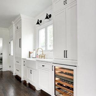 Zweizeilige, Kleine Klassische Wohnküche mit Landhausspüle, Schrankfronten mit vertiefter Füllung, weißen Schränken, Quarzwerkstein-Arbeitsplatte, Küchenrückwand in Weiß, Rückwand aus Keramikfliesen, dunklem Holzboden, Kücheninsel, weißer Arbeitsplatte und Elektrogeräten mit Frontblende in Jacksonville