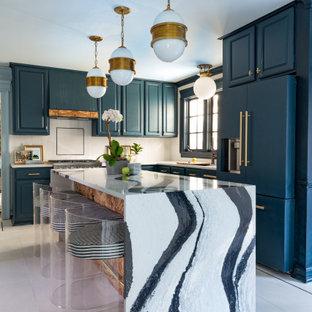 Bild på ett stort funkis vit vitt l-kök, med luckor med upphöjd panel, blå skåp, vitt stänkskydd, klinkergolv i porslin, en köksö och vitt golv