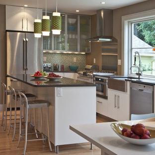 Moderne Küche mit Glasfronten, weißen Schränken, Küchenrückwand in Metallic, Rückwand aus Metallfliesen und Küchengeräten aus Edelstahl in Boston