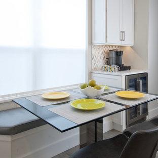マイアミの中くらいのモダンスタイルのおしゃれなキッチン (アンダーカウンターシンク、シェーカースタイル扉のキャビネット、白いキャビネット、クオーツストーンカウンター、グレーのキッチンパネル、セラミックタイルのキッチンパネル、シルバーの調理設備、ラミネートの床、グレーの床、白いキッチンカウンター) の写真