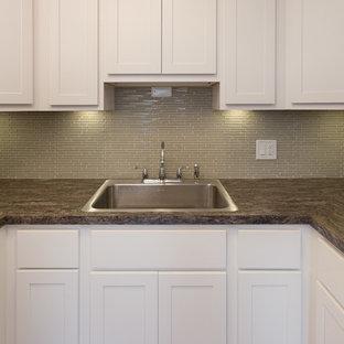シカゴの小さいトランジショナルスタイルのおしゃれなキッチン (ドロップインシンク、シェーカースタイル扉のキャビネット、白いキャビネット、御影石カウンター、黄色いキッチンパネル、無垢フローリング、アイランドなし、白い調理設備、ボーダータイルのキッチンパネル) の写真