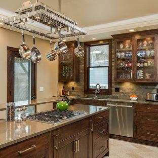 Inspiration för ett mellanstort vintage kök, med en undermonterad diskho, luckor med infälld panel, skåp i mörkt trä, bänkskiva i kvarts, flerfärgad stänkskydd, rostfria vitvaror, travertin golv, en köksö och stänkskydd i skiffer