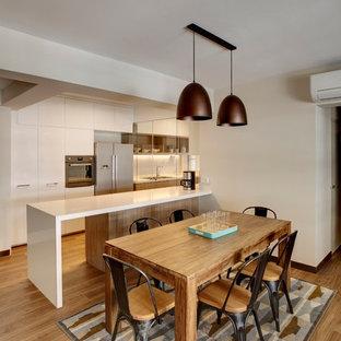 Inspiration för ett skandinaviskt kök och matrum, med en dubbel diskho, bänkskiva i kvartsit, vitt stänkskydd, rostfria vitvaror, mellanmörkt trägolv och en köksö