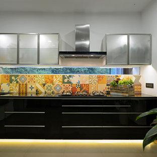 ムンバイのトロピカルスタイルのおしゃれなキッチンの写真