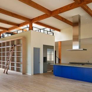 Immagine di una cucina ad ambiente unico design con lavello sottopiano, ante in stile shaker, ante grigie, top alla veneziana, elettrodomestici in acciaio inossidabile, parquet chiaro, isola e pavimento beige