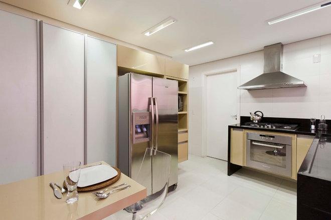 Modern Kitchen by Conseil Brasil
