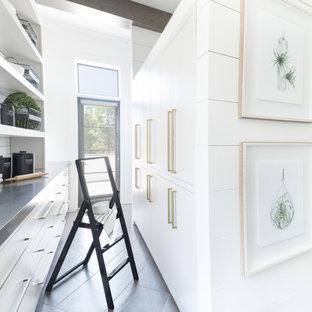 Klassische Küche mit Vorratsschrank, weißen Schränken, Edelstahl-Arbeitsplatte, Küchenrückwand in Weiß, Rückwand aus Metrofliesen und grauem Boden in Atlanta