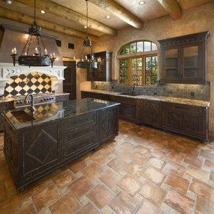 オーランドの巨大なラスティックスタイルのおしゃれなキッチン (アンダーカウンターシンク、レイズドパネル扉のキャビネット、御影石カウンター、グレーのキッチンパネル、テラコッタタイルのキッチンパネル、テラコッタタイルの床) の写真