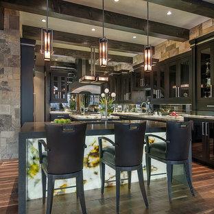 デンバーの巨大なコンテンポラリースタイルのおしゃれなキッチン (ガラス扉のキャビネット、濃色木目調キャビネット、珪岩カウンター、アンダーカウンターシンク、ミラータイルのキッチンパネル、シルバーの調理設備の、無垢フローリング) の写真